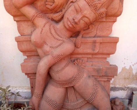Phù điêu vũ nữ Apsara khảm cột